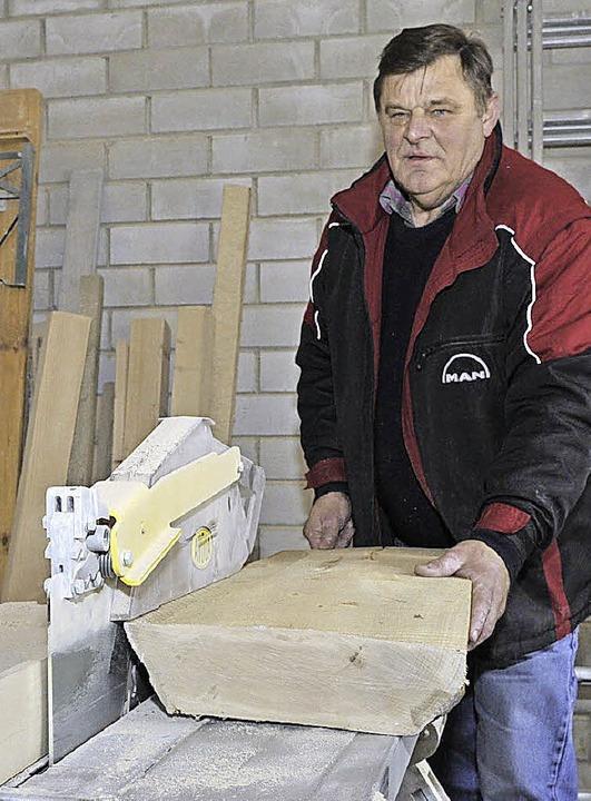 Aus Holzblöcken sägt Waldemar Redle Br...aus denen dann die Scheiben entstehen.  | Foto: Volker Münch