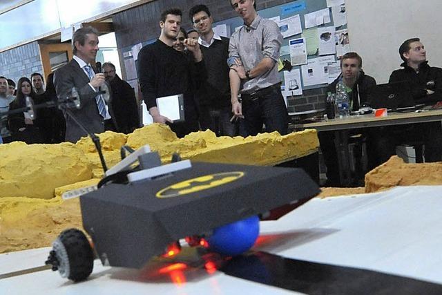 Erstsemester schicken selbst gebaute Roboter durch den Parcours