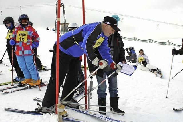 Wintersportler fahren auf den Skitag ab