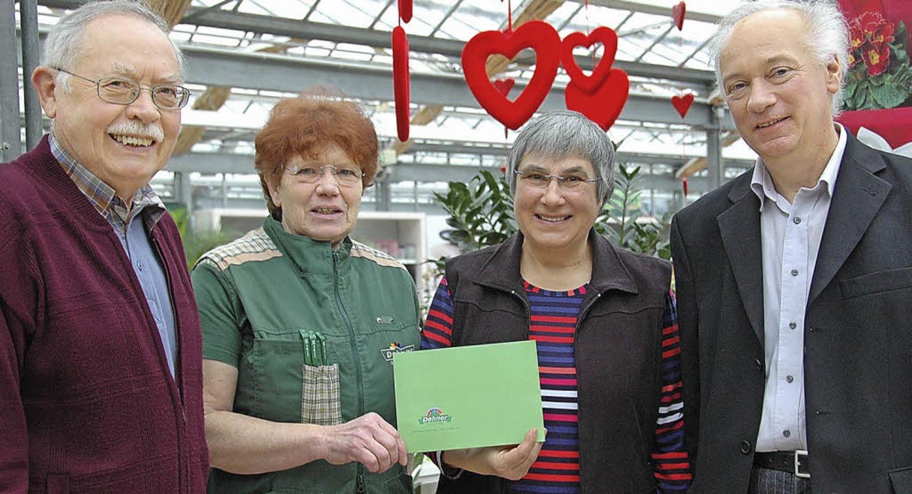 Förderkreis-Schatzmeister Anton Reize,...(von links), bei der Spendenübergabe.   | Foto: Horst Donner