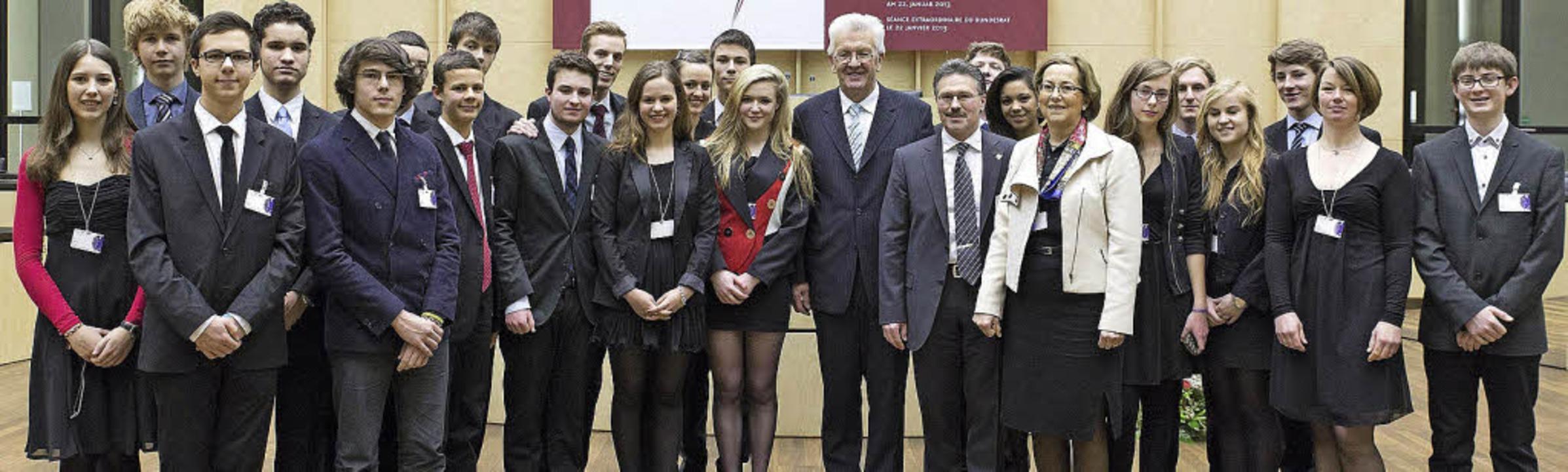 Die Schülerinnen und Schüler  vom DFG mit Bundesratspräsident Kretschmann   | Foto: Bundesrat