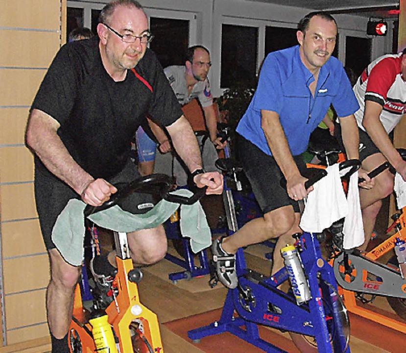 So wie diese Herren kann man bei der B...aktion in Waldkirch Spenden erradeln.   | Foto: privat