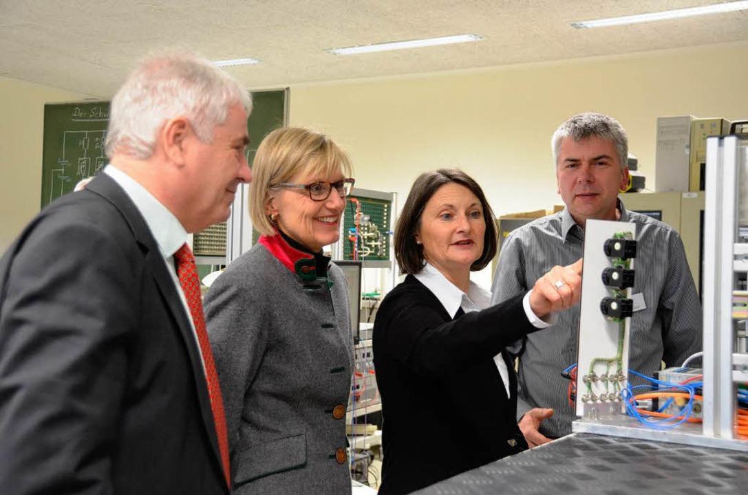 Regierungspräsidentin Bärbel Schäfer (...n sich einen Getränkespender erklären.  | Foto: Claudia Müller