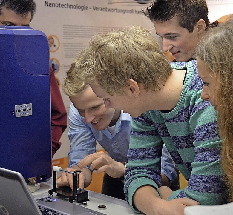 Nano-Truck in Stegen: Schüler  des Kol...imenten am Elektronenrastermikroskop.   | Foto: Nikolas von Wysiecki