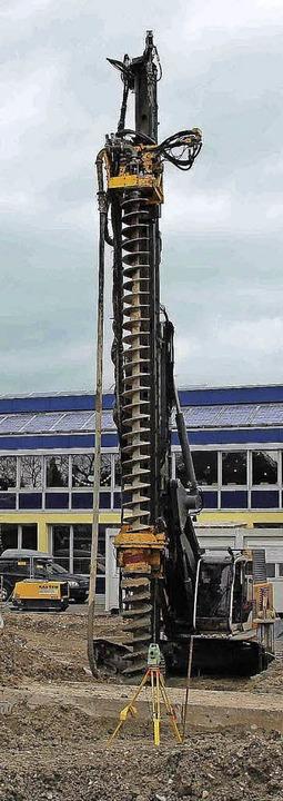 Um ein gutes Stück überragt das Bohrgerät das Schulgebäude.  | Foto: Stadt