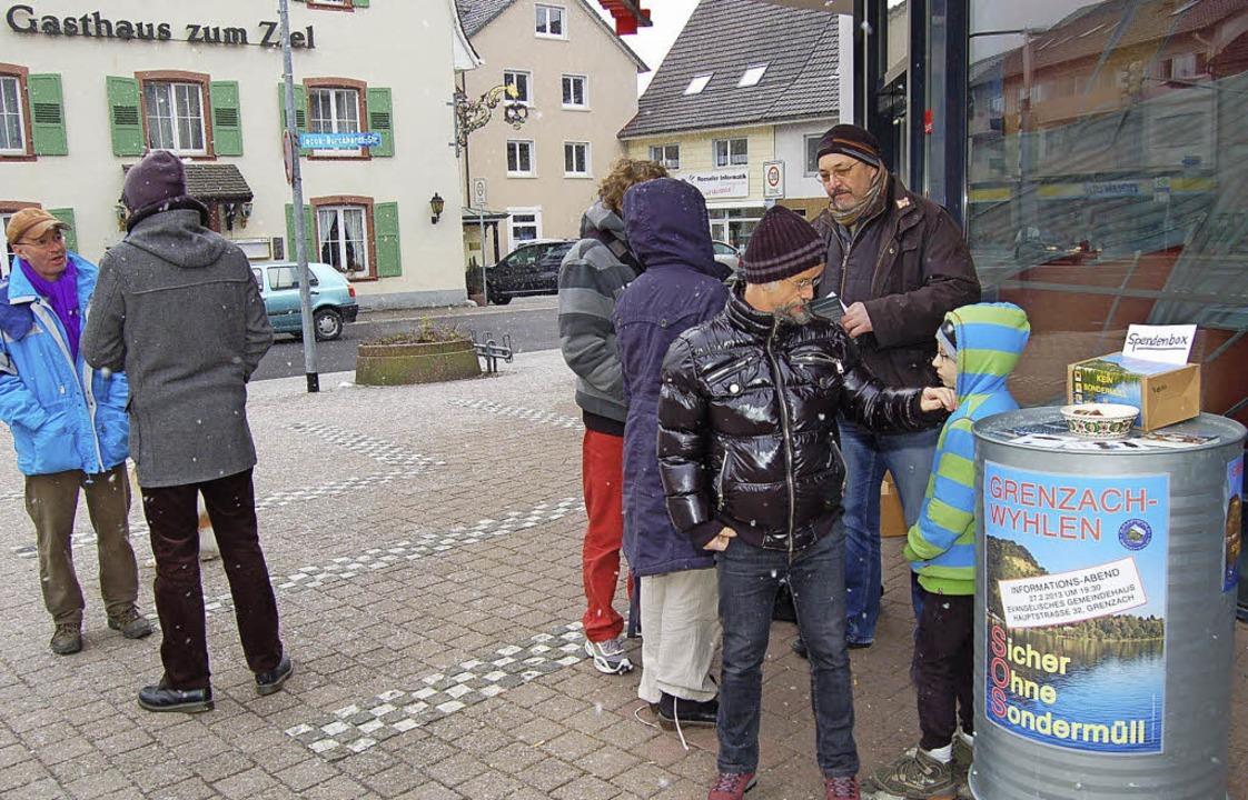 Unter anderem vor der Sparkasse in der...berwiegend Zuspruch mit ihrer Aktion.   | Foto: Heinz Vollmar