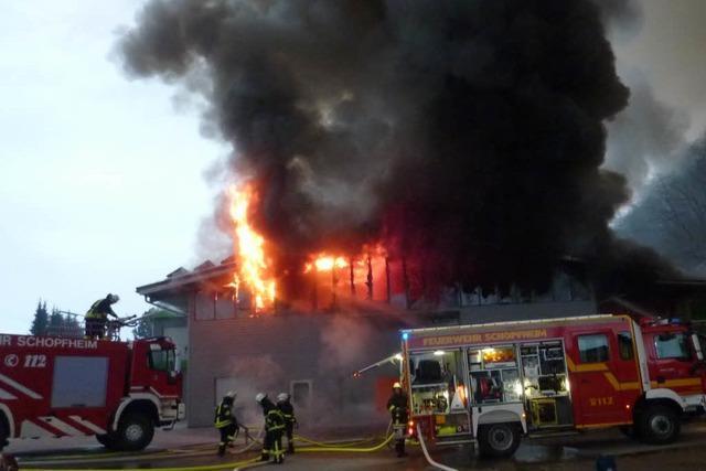 Millionenschaden: Junge Männer haben Feuer in Zimmerei gelegt