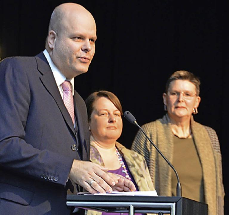 Bürgermeister Jürgen Louis stellt bei ...ftige Leiterinnen der Einrichtung vor.  | Foto: Birgit Herrmann