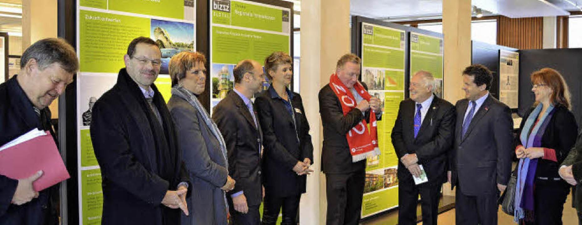 Begrüßung im Bizzz: Oberbürgermeister ...nes Burger, Gabi Rolland (MdL) (v.li.)  | Foto: Nikolaus Bayer