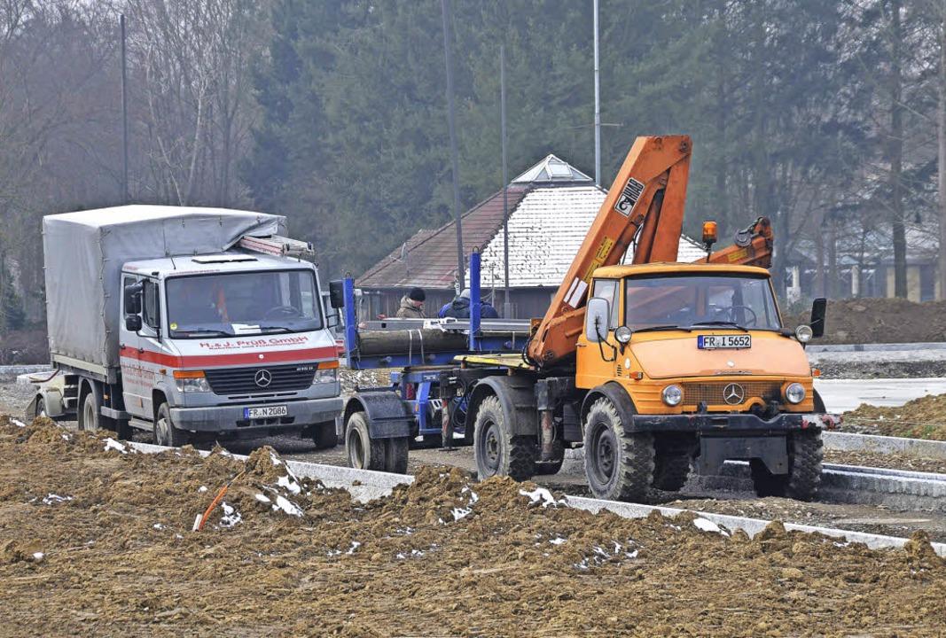 Die Erschließungsarbeiten im Baugebiet...rk (im Bildhintergrund) abgeschlossen.    Foto: A. Huber