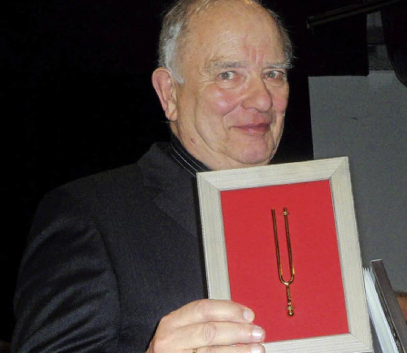 Jubilar Berthold Brenneis mit der Goldenen Stimmgabel   | Foto: Flier