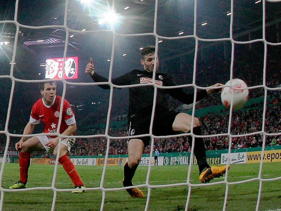 Die Entscheidung: Daniel Caliguri drüc...:2 für den SC Freiburg über die Linie.    Foto: dpa