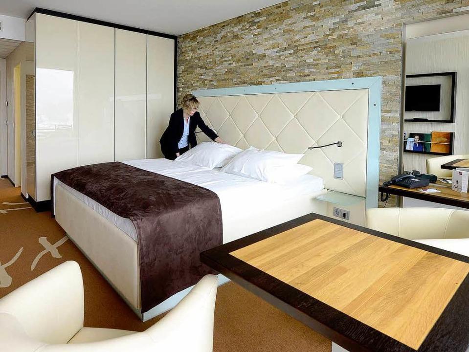 Hausdame Manuela Strobel zeigt ein neu...ertes Zimmer im Panorama-Hotel Mercure  | Foto: Ingo Schneider