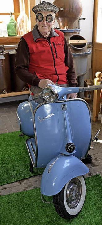Schätze aller Art: Erich Bizenberger auf einem alten Roller  | Foto: A.fertl