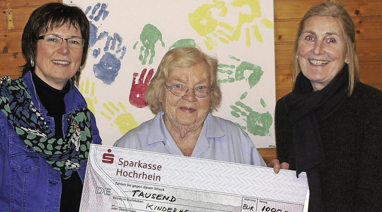 Einen Scheck über 1000 Euro nahm Hella...(rechts) und Katja Hagemann entgegen.     Foto: Reinhard Herbrig