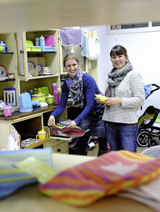 Annika Wittrup (links) und Lisa-Sophie...leidung und Spielzeug für Kleinkinder.    Foto: Ingo Schneider