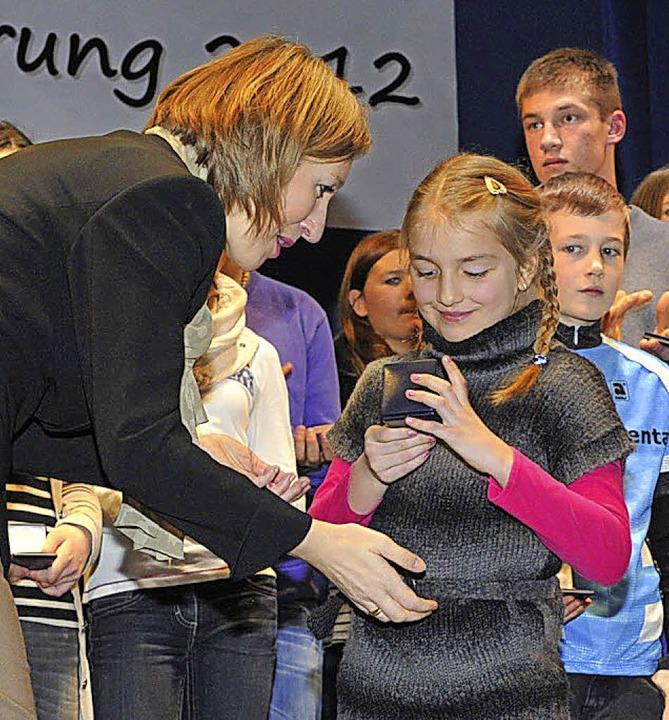 Schon die Jüngsten freuten sich über d...in Astrid Siemes-Knoblich überreichte.  | Foto: Volker Münch