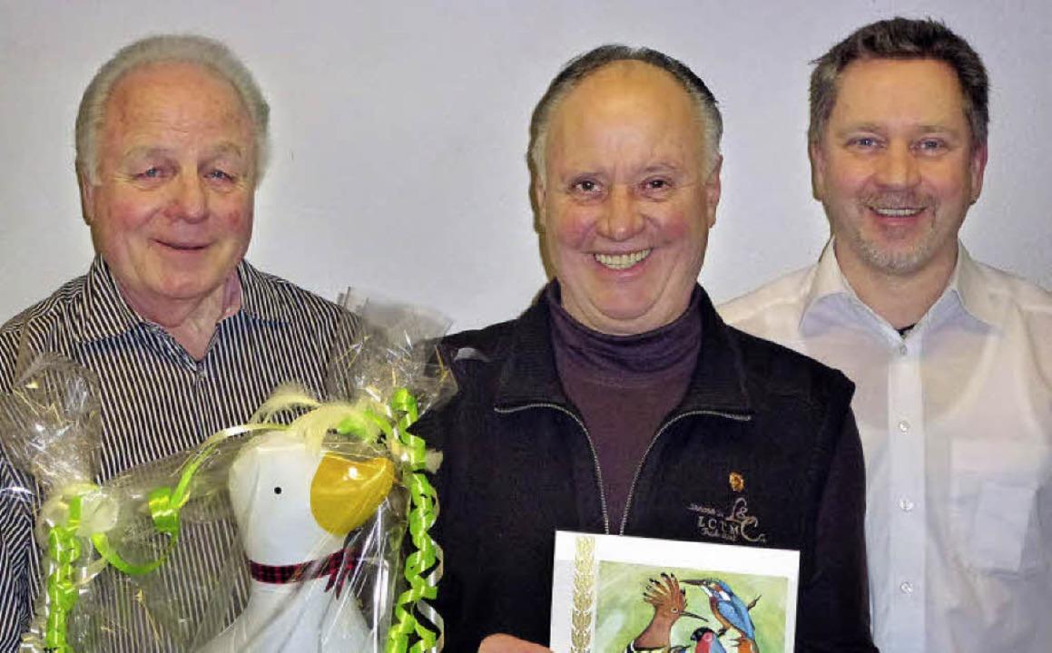 Der neue Vorsitzende des Kanarien- und...ard Lahure (Mitte) zum Ehrenmitglied.   | Foto: Privat