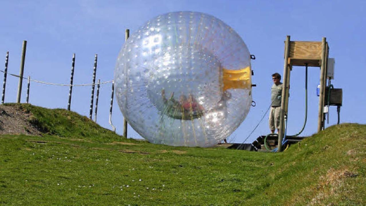 In einem Plastikball einen Hang herunt...s ist die Touristenattraktion Zorbing   | Foto: fotolia/candideye