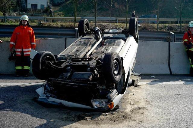 Auto überschlägt sich auf der A5 – Totalschaden