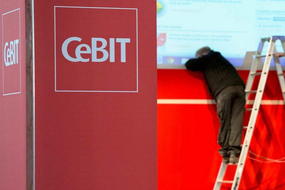 """Letzte Handgriffe: Heute eröffnet Angela Merkel die Computermesse CeBIT. Mit dem Motto """"Shareconomy"""" steht dieses Jahr das Teilen im Vordergrund. (Foto: dapd)"""