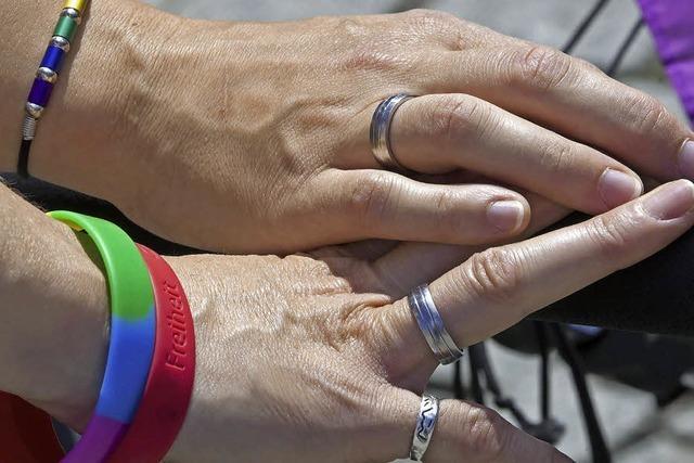 Gleichstellung von Homo-Ehen: Union wartet auf Karlsruhe