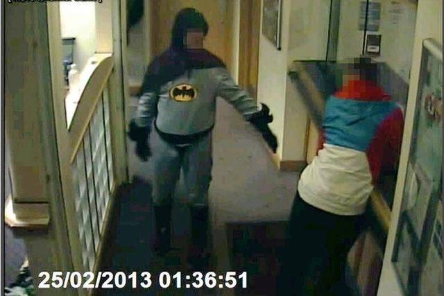 Batman bringt Gauner zur Polizei – Wer ist der Mann hinter der Maske?
