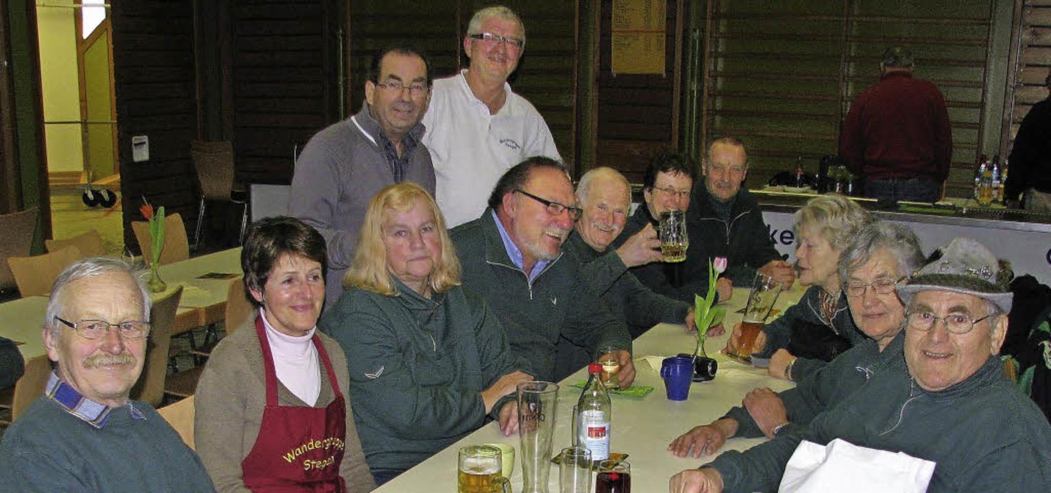 Fröhliche Runde nach der Wanderung: Wa...nem Stellvertreter Siegbert Kranzer.    | Foto: Rombach