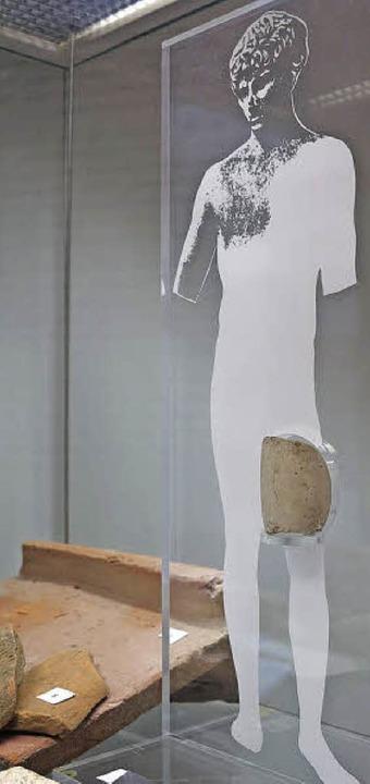 Das Beinfragment einer Marmorstatue,  ...wurde in den 1980er Jahren  gefunden.   | Foto: Philipp