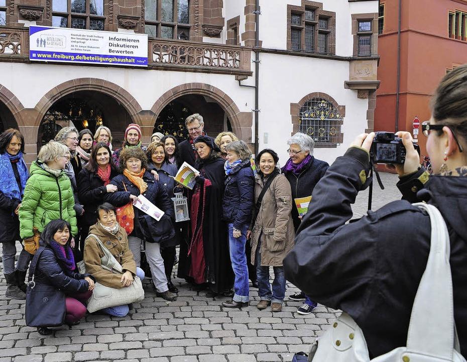 Gruppenbild mit Kochbuchautorinnen (un..., so wie hier bei einer Stadtführung.   | Foto: Thomas Kunz