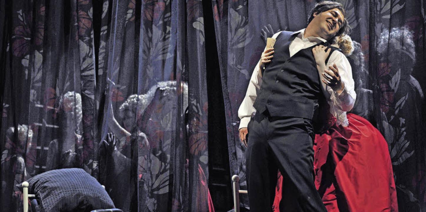 Szene mit Hermann (Luis Chapa) in der ...ger Produktion von  Tschaikowskys Oper  | Foto: Korbel/PRO
