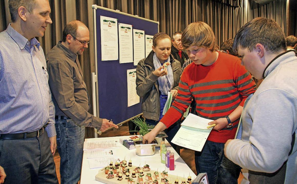 Schüler informieren sich am Stand des Brauereigasthofs Rothaus.  | Foto: Wilfried Dieckmann