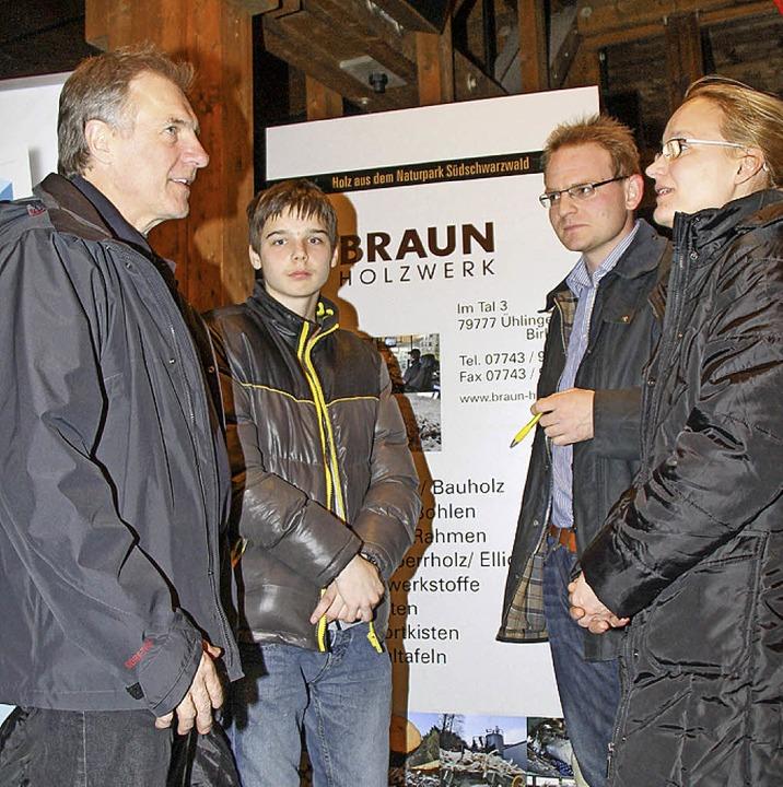 Josef-Hermann und Marius Braun stellen Berufsperspektiven im Sägewerk vor.    Foto: Wilfried Dieckmann
