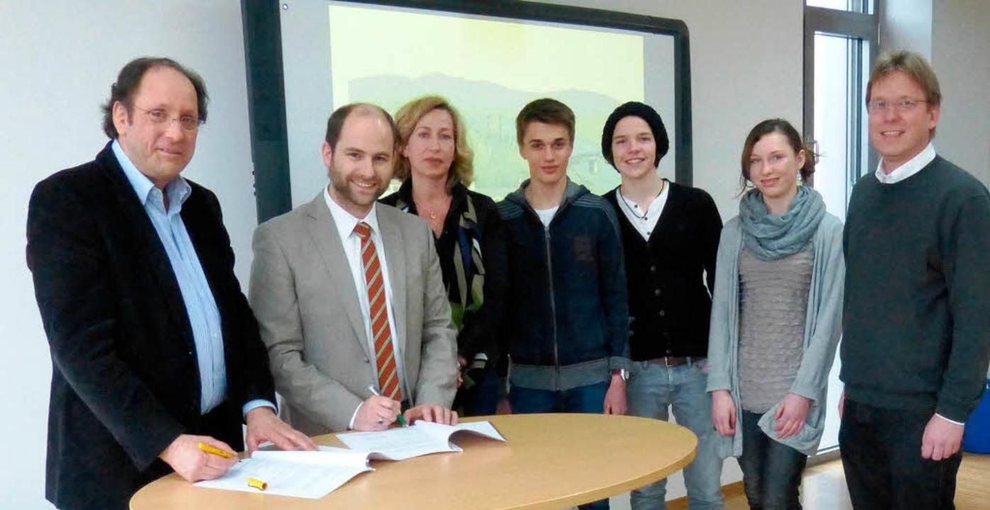 Schulleiter Winfried Wagner und Klinik... die Verträge der Bildungskooperation.    Foto: Susanne Bremer