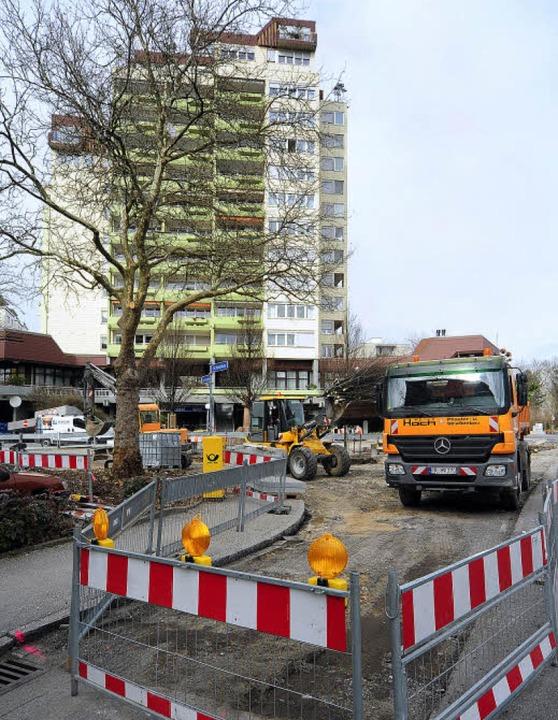 Am Bischofskreuz wird umgestaltet (im ...s mit dem Edeka-Markt im Erdgeschoss).  | Foto: Thomas Kunz