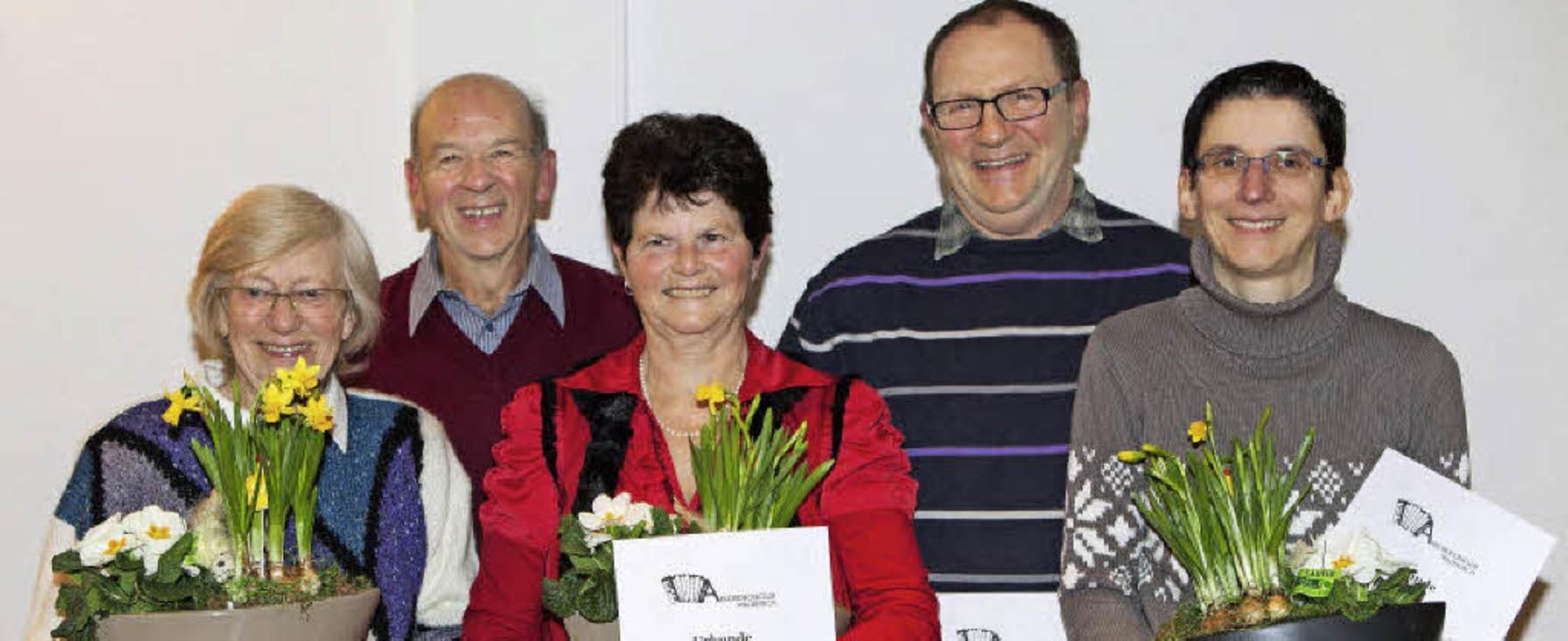 Gerhard Adolph (Zweiter links) gab das...ngwald und für 20 Jahre Cornelia Jägle  | Foto: Photographer: Gabriele Zahn