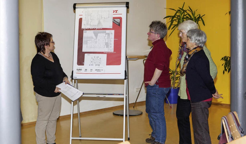 Gabriele Zeisberg-Viroli (links) stell...Wohnform für Menschen mit Demenz vor.   | Foto: Gabriele Zahn