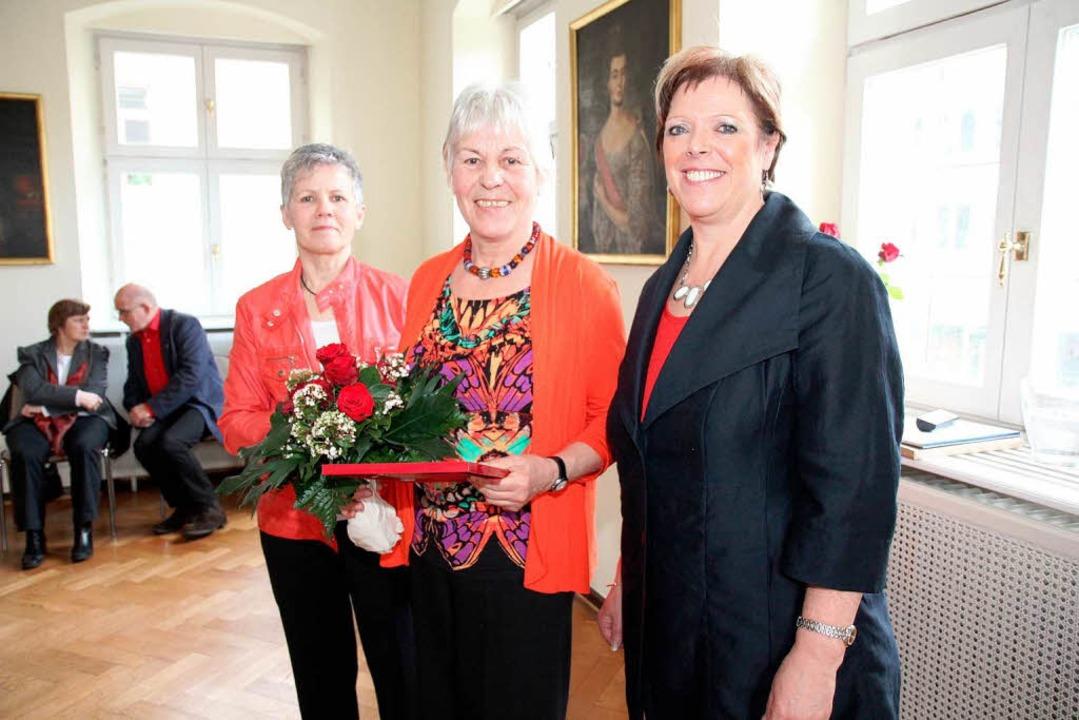 Almut Langbein (Mitte) wurde von Barba...eordneten Sabine Wölfle ausgezeichnet.  | Foto: Dagmar Barber
