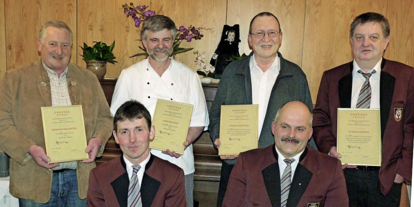 Treue Mitglieder: Die Vorstandsmitglie...nmitgliedern ernannt (alle von links).  | Foto: sonja eiche