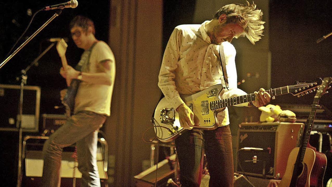 Druckvoller Indierock: Rick McPhail un...k von Lowtzow (rechts) von Tocotronic   | Foto: Janos Ruf