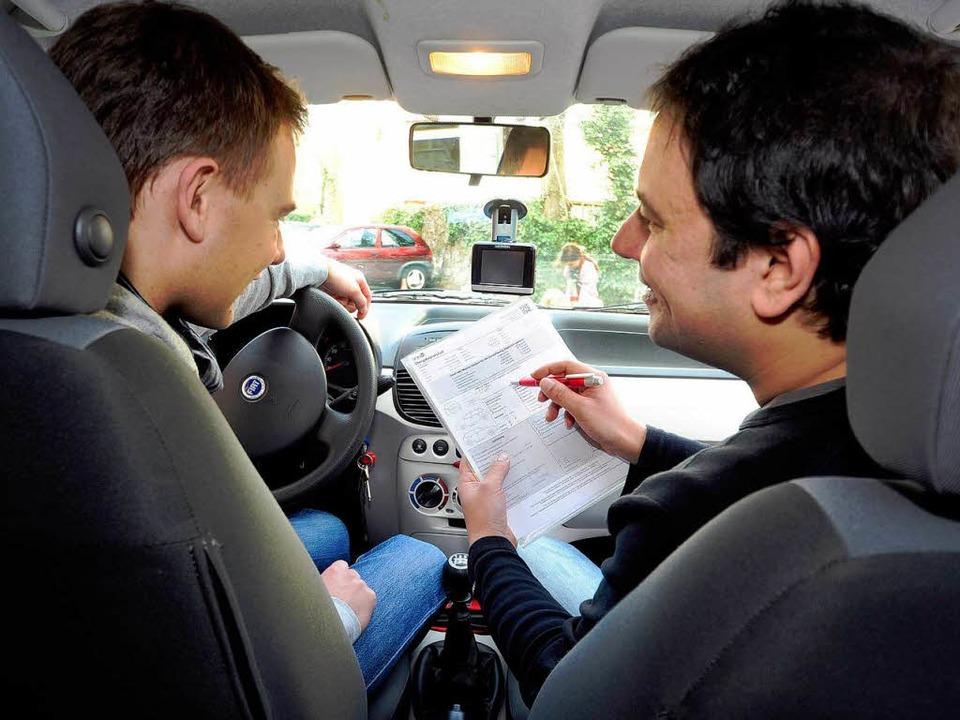 Vertragsunterzeichnung bei der Wagenüb...s einschließlich Versicherung 30 Euro.  | Foto: Thomas Kunz