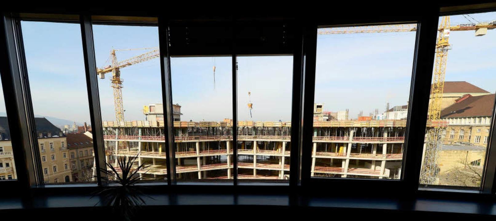 Der Rohbau der neuen Uni-Bibliothek so...ten Jahres soll sie eingeweiht werden.    Foto: Ingo Schneider