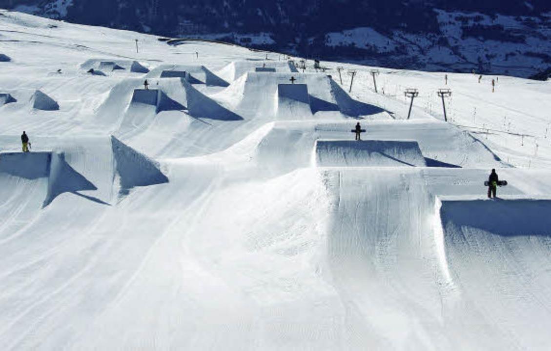 Wellental mit Snowboardern: Es braucht...e Halfpipe herrichtet (kleines Foto).   | Foto: Weisse Arena gruppe, snowpark Laax (kleines Foto)