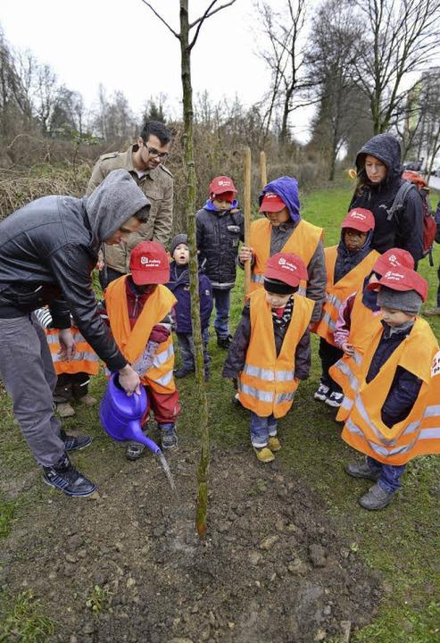 Mit Unterstützung von Kindern aus der ...tbäume erst einmal eitwas zu trinken.     Foto: Ingo Schneider