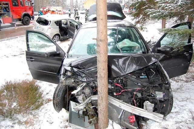 Unfall auf der B31: Zwei Personen schwer verletzt