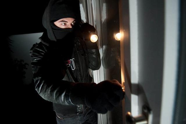 Einbrecher überrascht Frau in der Nacht – Flucht ins Schlafzimmer