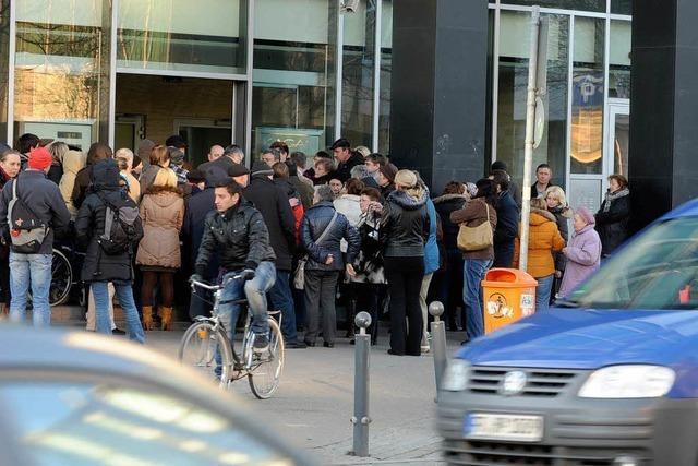 Russisches Konsulat sorgt für Menschenauflauf am Bahnhofsturm