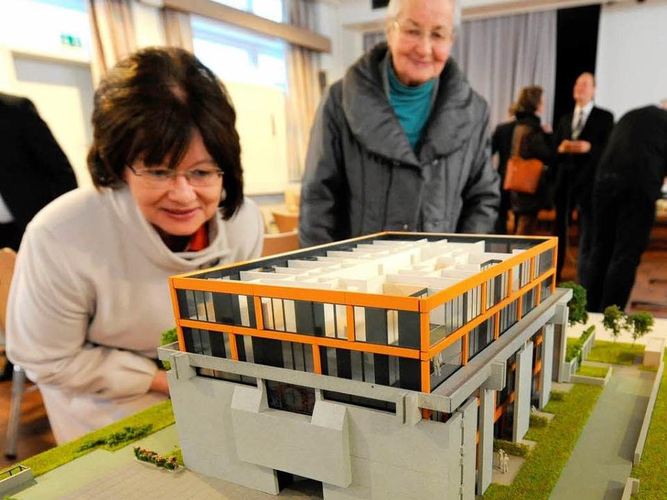 Das Modell zeigt, wie das neue Wohnhau...r Abnahme des Altar- und Wandschmucks.    Foto: Rita Eggstein