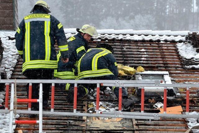 Qualmende Dachziegel sorgen für Großeinsatz