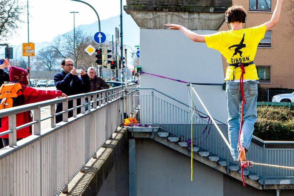 Seiltanzen über der Dreisam  - ein Abenteuer mitten in Freiburg (Foto: Carlotta Huber)